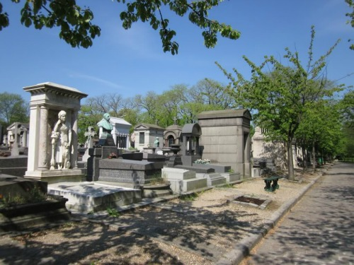 Pere Lachaise Cemetery, best cheap backpacking in europe